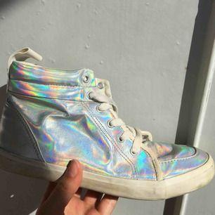 Holografiska skor från HM. Passar bra till festival eller temafest 👌🏼Använt men bra skick. Frakt ingår!