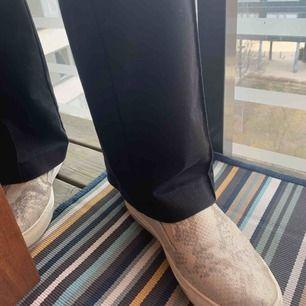 Ormskinns skor med touch av guld glitter, bekväma och glansiga skor.  Använda ca 2-3 gånger  Storlek- 39