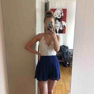 Somrig jumpsuit / playsuit som liknar en klänning. Vet tyvärr inte vart den är köpt då det var en present. Köparen betalar frakten ☺️