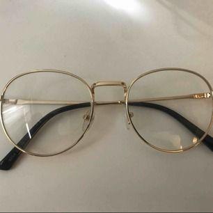 Fina fejk-glasögon som tyvärr inte kommer till användning. Hämtas i Göteborg, fraktar inte!!