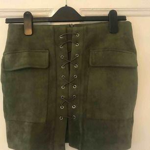Oanvänd fin grön kjol i mocka med fina detaljer. Storlek m passar nog även en s. Hämtas i Göteborg, fraktar inte!!