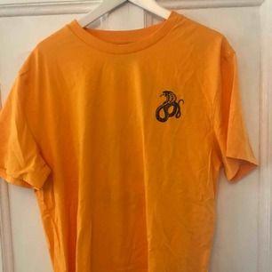 Oanvänd orange t-shirt i storlek L. Hämtas i Göteborg, fraktar inte!!