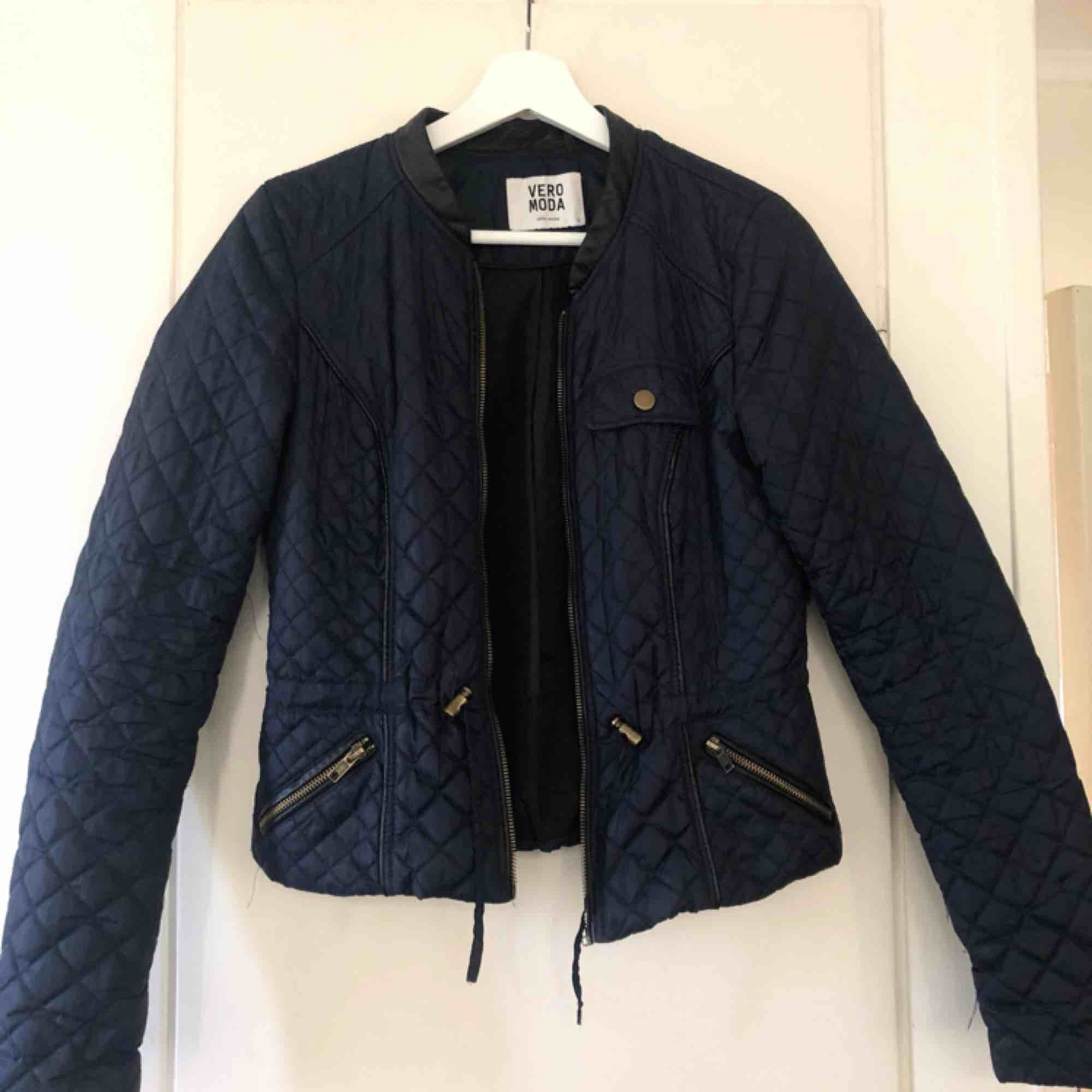 En marinblå figursydd jacka från Vero Moda i storleken S! Kontakta mig vid intresse eller frågor 😄 . Jackor.
