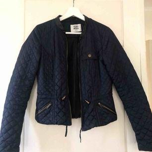 En marinblå figursydd jacka från Vero Moda i storleken S! Kontakta mig vid intresse eller frågor 😄