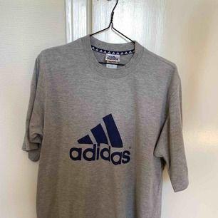 Oversized adidas T-shirt, köpt på humana! Frakt tillkommer 🌸