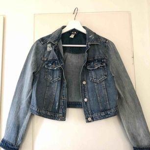 En kort sliten jeans jacka från Gina i storleken 38! Kontakta mig vid intresse eller frågor 😊