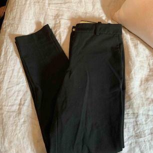 Svarta kostymbyxor från Hm. Rak modell nedtill, använda 3 gånger utan något slitage🦋