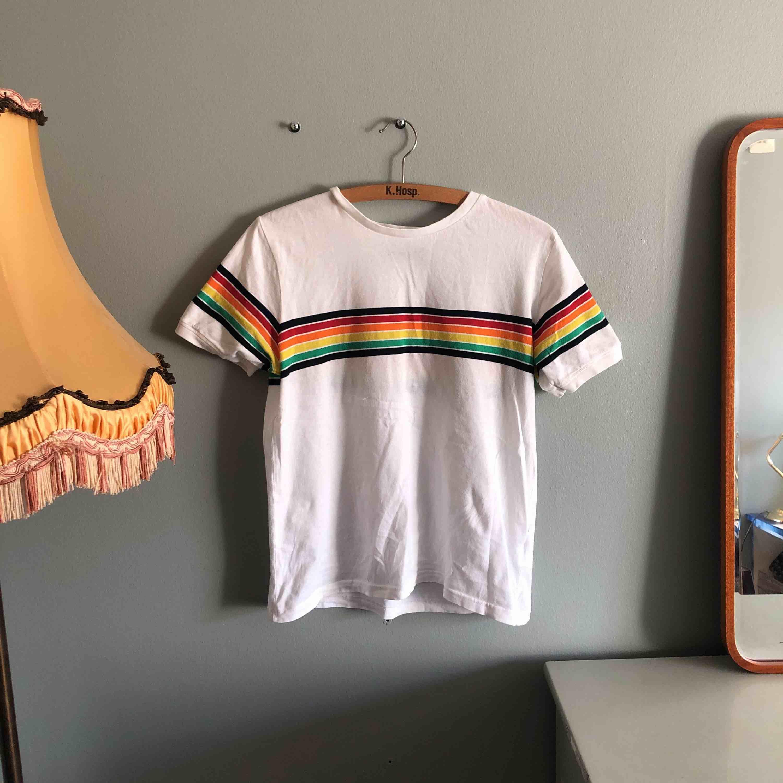 Köpt i Köpenhamn på urban outfitters sommaren 2018, storlek M och jag är en 36.a så det sitter löst - köparen står för frakten . T-shirts.