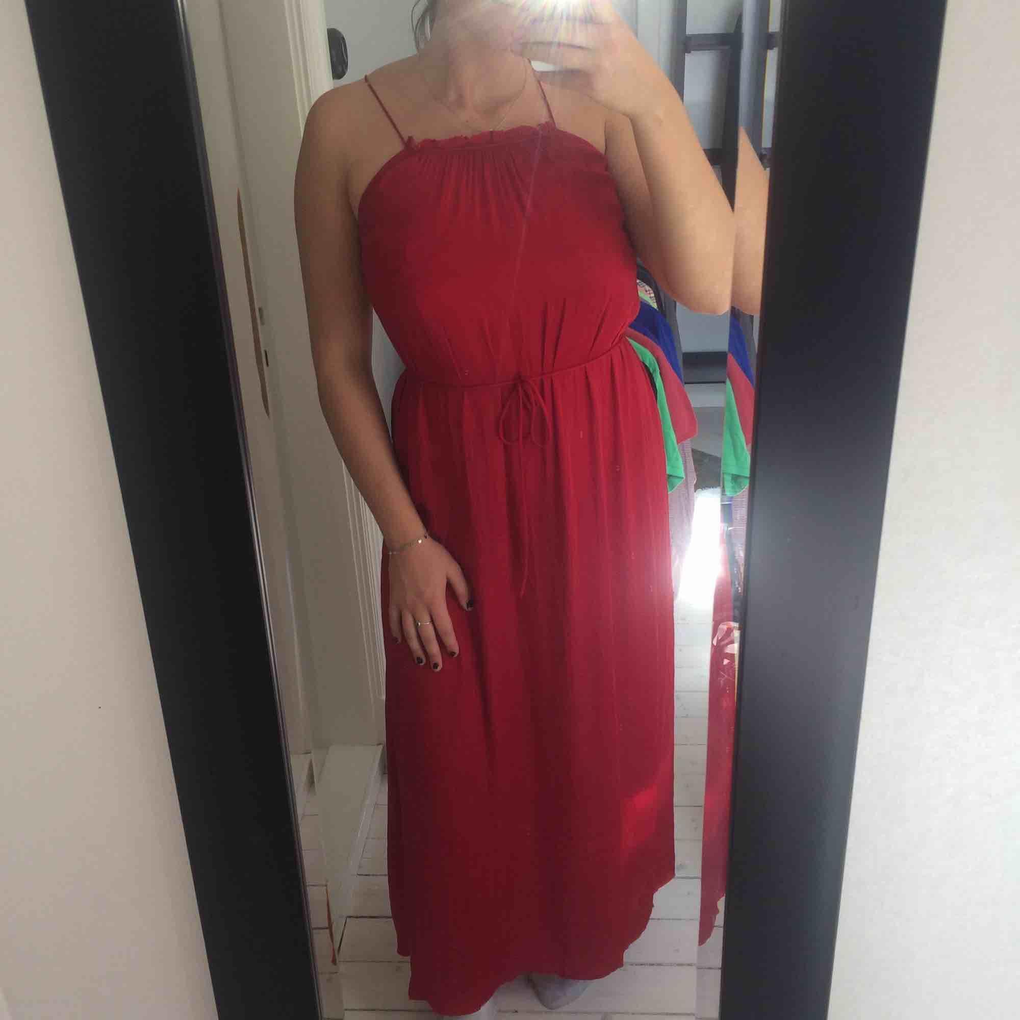 Jättefin klänning från Oysho, endast använd 1 gång så den är i väldigt bra skick. Den går att dra åt i ryggen samt göra banden längre så borde passa S-L skulle jag tro. Frakt tillkommer . Klänningar.
