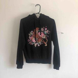 Svart hoodie från Gina med tryck. Köparen betalar frakten☺️