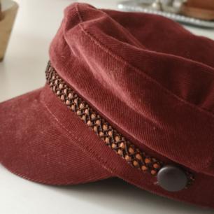 Vegamössa från pull & bear, använder den aldrig så nu behöver den ett nytt hem 🌞  Färgen är roströd/vinröd och manchesterliknande material. Passar dig med lite större huvud. Kan mötas upp i sthlm eller posta.