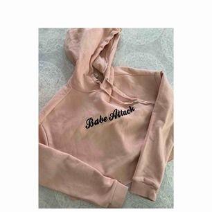 Rosa croppad hoodie med tryck på. Nyskick och endast provad. Köparen står för frakt. Skriv om du har några frågor 🥰