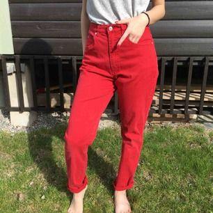 Skitsnygga röda jeans i mom eller boyfriend-modell. Köpt 2hand och är riktigt coola. (Syster är modell på bilderna)