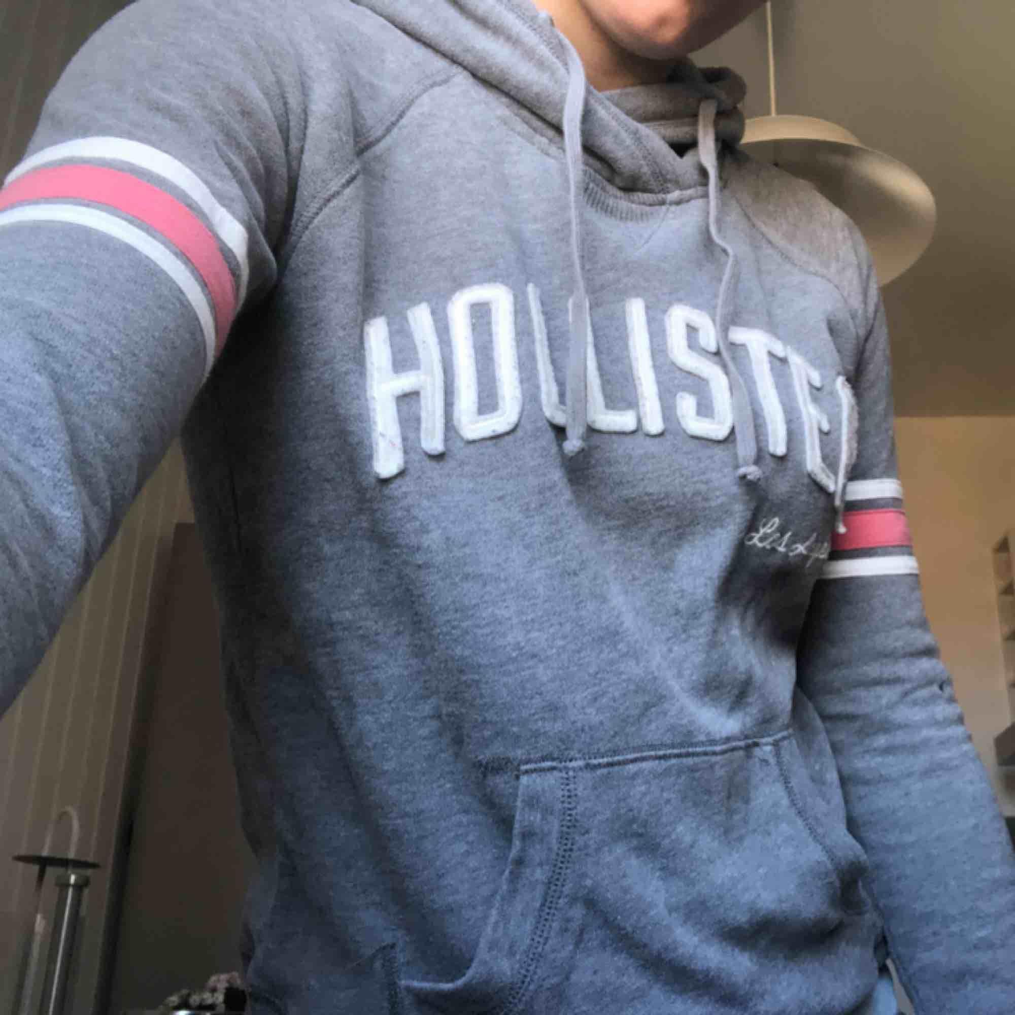 En mjuk och bekväm hoodie från Hollister. Några år gammal, men i väldigt bra skick.. Huvtröjor & Träningströjor.