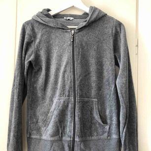 En grå hoodie från Cubus i storlek S. Saknar snören men det går lätt att fixa!   Kontakta mig vid intresse eller frågor 😊