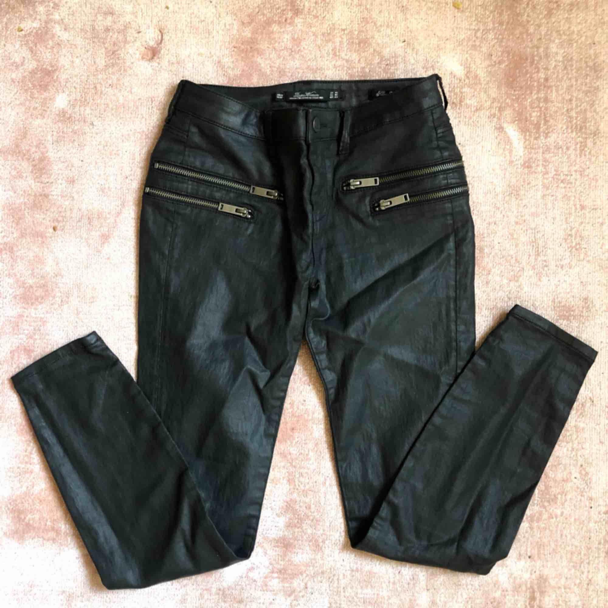 Byxor från Zara. Strl 34. Ankellängd. Oanvända.. Jeans & Byxor.