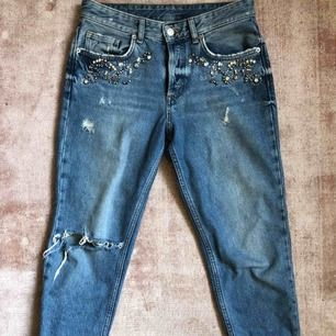 Boyfriend jeans från H&M med strasstenar. Oanvända. Nypris 599.