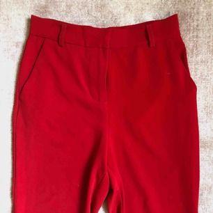 Röda kostymbyxor från Na-kd. Slutar strax ovanför ankeln.