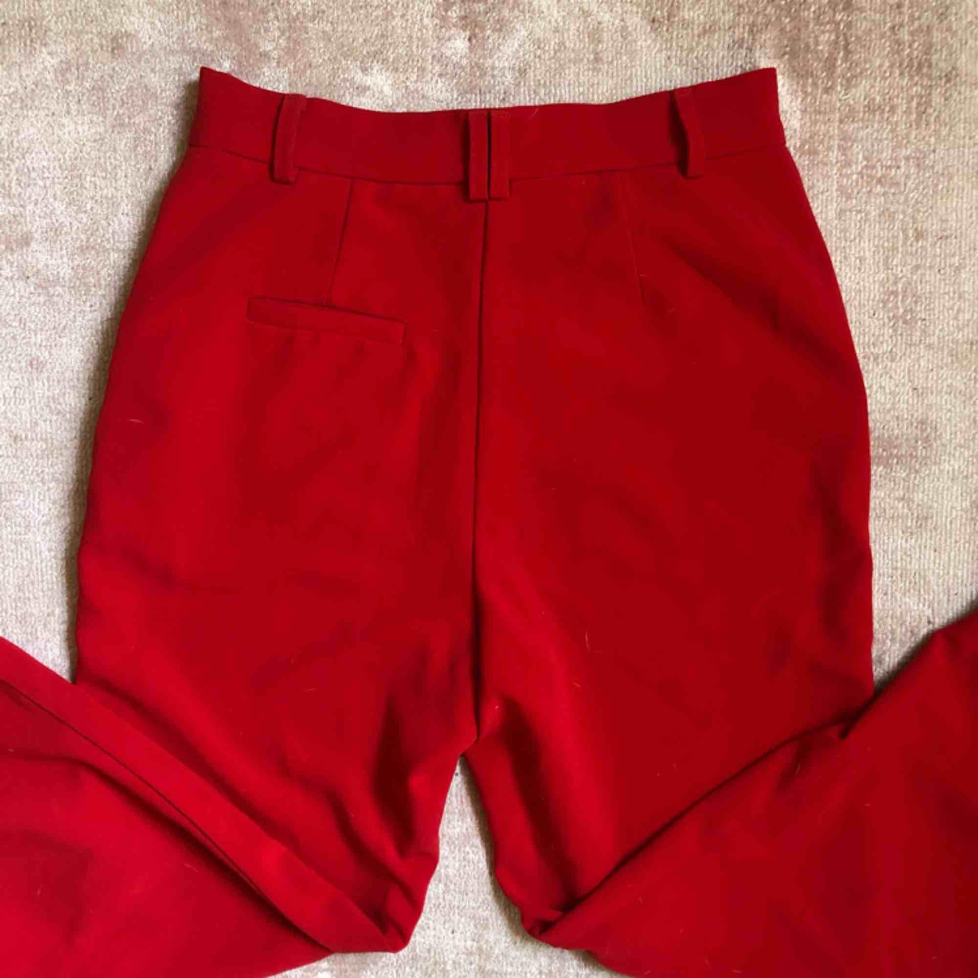 Röda kostymbyxor från Na-kd. Slutar strax ovanför ankeln. . Jeans & Byxor.