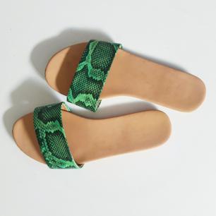 Skitsnygga skor med grönt ormskinn.