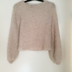 En fluffig tröja som använts ca 2 gånger. Köpare står för frakt.