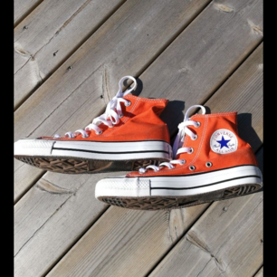 Äkta converse som har använts ca 2 gånger max. Skorna är som nya och är sköna att gå i. Köparen står för frakt.