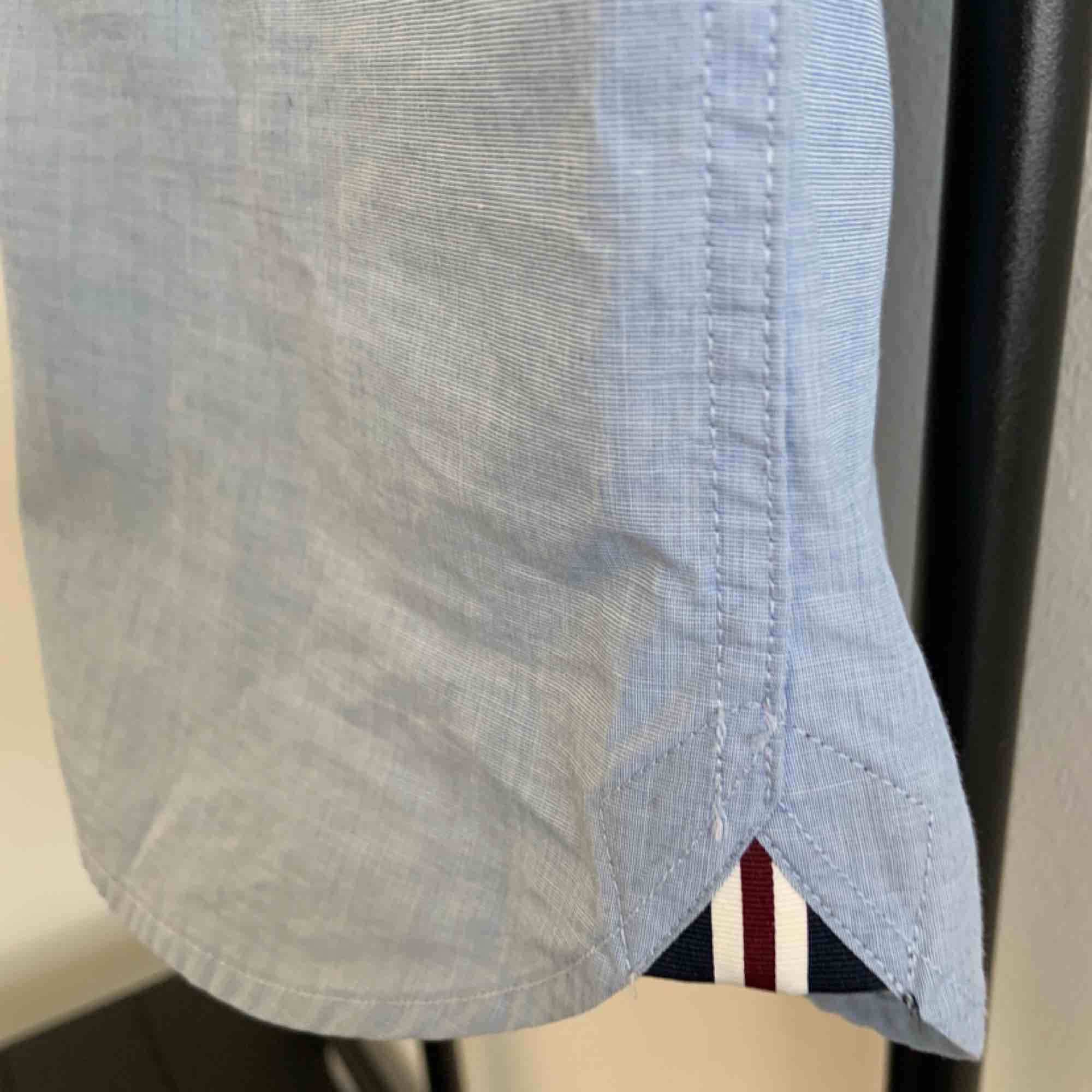 Slim fit short-sleeved dress shirt with cool details on the sides. Brand: Fred Perry Size: XS Fit: Slim Fit Colour: Light Blue  Used but still in good shape. really good fit. . Skjortor.