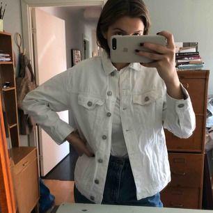 Vit jeans jacka med slitningar, kanske använt den typ 3 gånger om inte mindre - köparen står för frakten