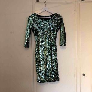Fin fest klänning med paljetter. Använd några fåtal gånger. Frakt tillkommer