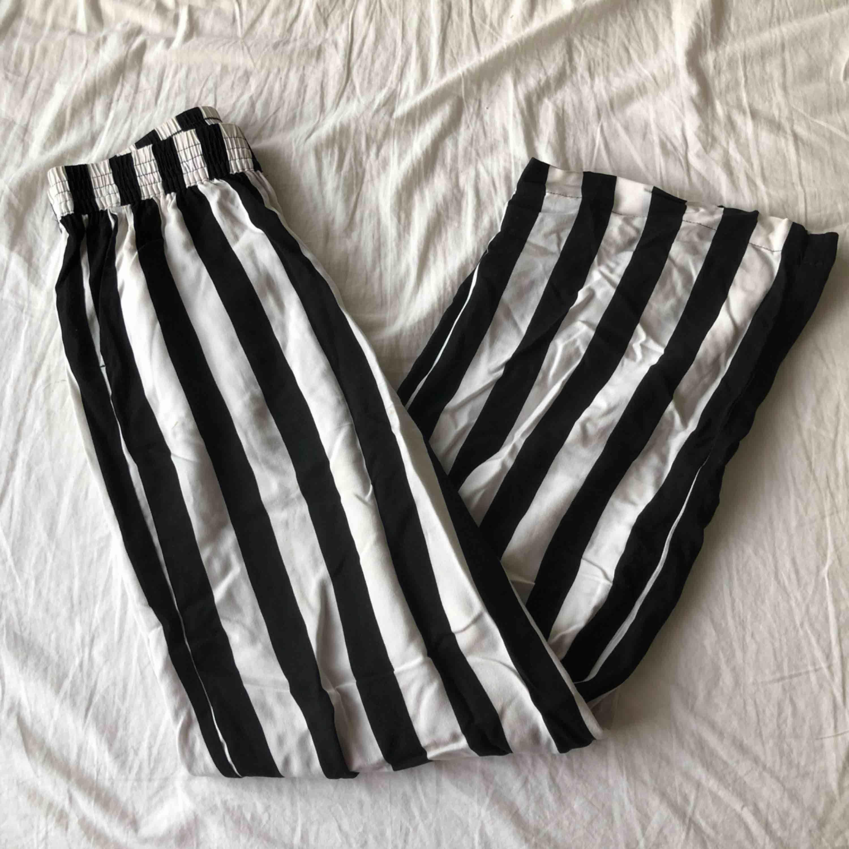 Svart & vit randiga byxor från H&M, lite skrynkliga så ber om ursäkt. Köpte förra sommaren men hann använda ca 5 gånger innan de blev för korta. Jag är 175cm så skulle nog passa alla under 170cm ❤️ 80kr + frakt . Jeans & Byxor.