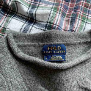 Grå kabelstickad Ralph lauren tröja. Pojkstorlek M som passar en dam XS. Varm & sticks inte. Bra skick! köpare står för frakt 🖤
