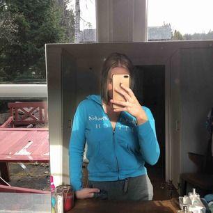 Blå hoodie från Abercrombie & Fitch, jättefin blå färg och snygg passform. Storleken är för barn mellan 11-12 men jag som är 160 kan ha den och så är den lite kortare i längd, vilket jag tycker är snyggt!  Använd men inget synligt slitage!