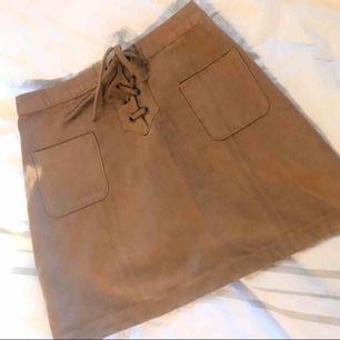 """Snygg """"mocka""""-kjol (ej riktig mocka) från Hollister. Köpare står för ev frakt. Kan mötas i malmö/lund/hörby! ❤️"""