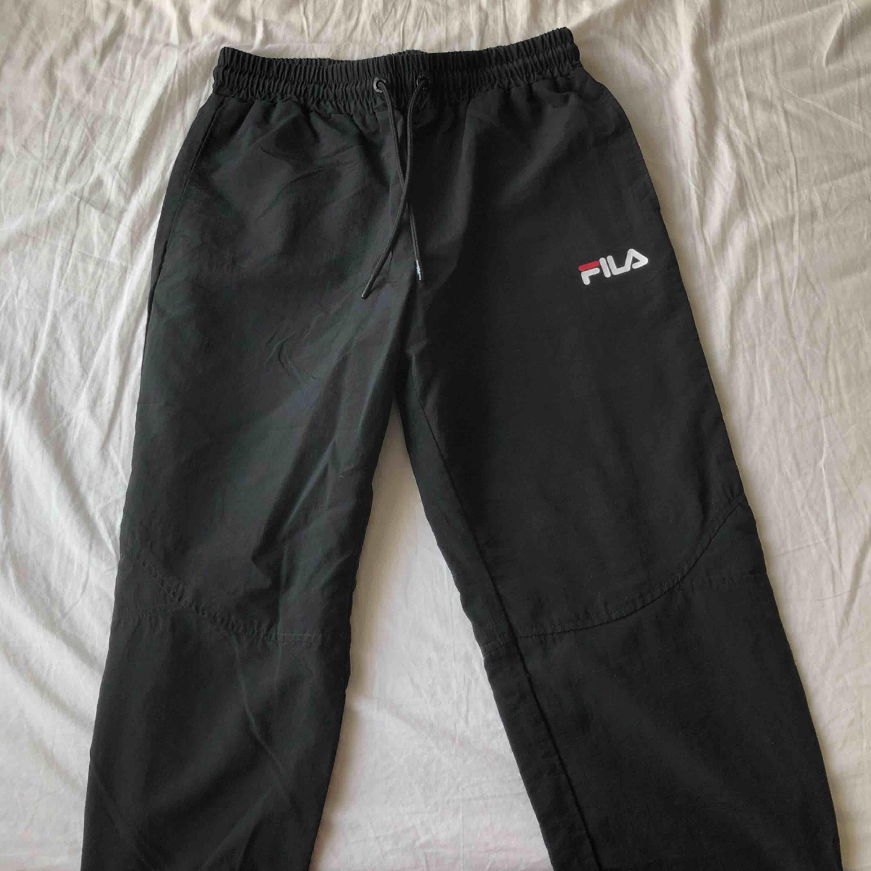 Track pants från Fila köpta på Urban Outfitters för inte så länge sedan, säljer pga att glömde lämna tillbaka innan kvittot gick ut. Jag är 175cm och de är lite korta på mig. 300kr + frakt ❤️. Jeans & Byxor.