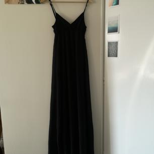 Svart enkel klänning från Bik Bok, perfekt i sommar!
