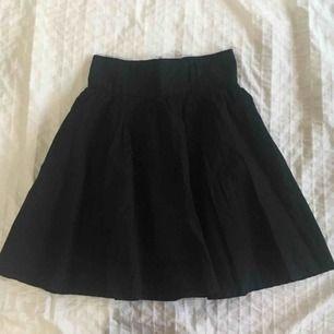 Jättefin kjol i svart! 🤩