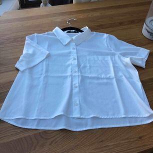 Kurze Bluse von Bikbok Brustbreite 102, untere Breite 112 Armlänge 22 Länge 53 Neuwertig!