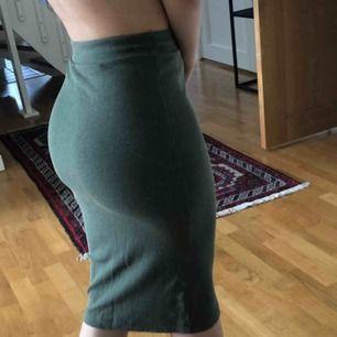 Militärgrön knälång kjol från h&m.