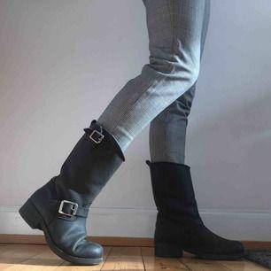 Ett par svarta Urban Project boots! De är fodrade så de är varma med coola spännen! Använda men fortfarande i bra skick:) passar även 40 pm man har 39/40!