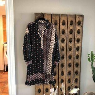 Viskose tunika/klänning med sprund i sidorna Snygg både med skärp o utan  Längd 95, bröstvidd 110, armlängd 59  Som ny! Från Zara