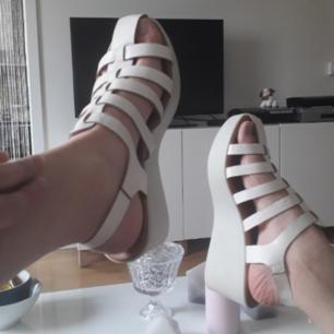 Söta vita sandaler med kilklack!💖 Passar alla sommaroutfits! I fint begagnat skick(små skofläckar förekommer). FRI FRAKT!