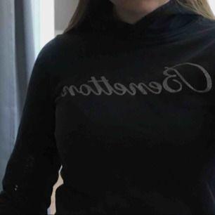 Fin marinblå hoodie från benetton men text i glitter. Bra skick, storlek hittar jag ej men borde passa XXS till S, snygg att ha under T-shirt. Pris: 100kr + frakt