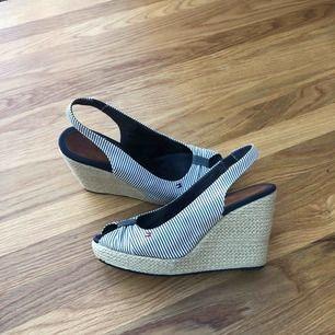 Klassisk kilklacks sko från Hilfiger,klackhöjd 10,innermått 24,5 Använda men i fint skick! Tyg material