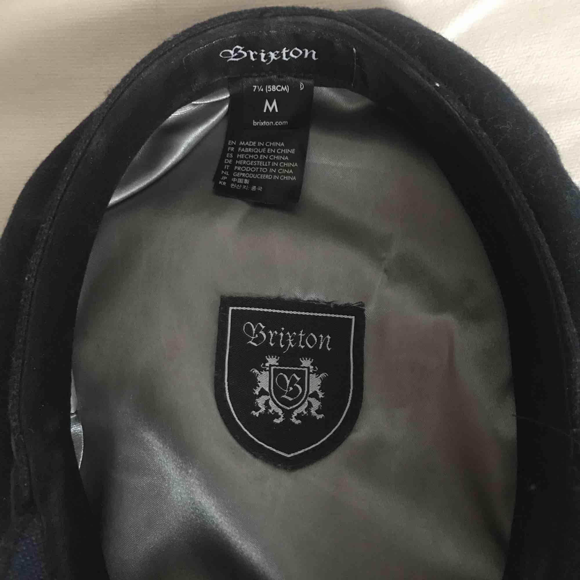 Blå hatt i gott skick. Säljes pga att den inte används mer. 58 cm i omkrets. 100 kr köparen står för frakt. . Accessoarer.