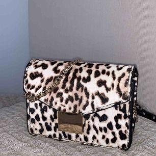 En jätte fin axelremsväska med leopard mönster, använd två gånger och är i skicket som helt ny. Den är perfekt att ha nu till en fin sommar outfit. Frakt 50 kr. Betalningen går jätte bra att swisha.