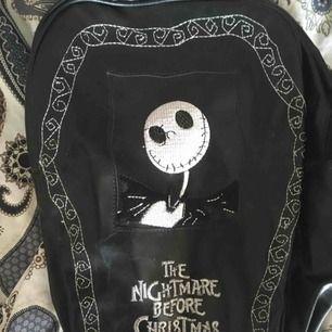 💀Säljer min älskling Jack Skellington💀 Ryggsäck gjord av pläder i formen av en kista med tema från en av de bästa filmerna någonsin🦇 Super cute och väl använd, den har till och med en massa Jack's på insidan. Möts upp i Sthlm eller så tillkommer frakt