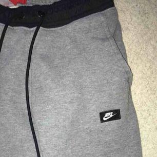 Säljer mina träningsbyxor från Nike som tyvärr blivit för små! De är 90 cm långa mätt från höften och 32 cm breda i midjan. De är supersköna och varma!   Jag tar Swish och fraktar (köpare betalar frakt) 🌸🌸🌸
