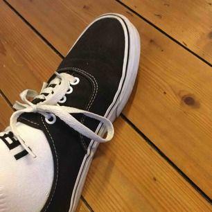 Säljer mina superfina Vans-skor som är perfekta nu till våren☀️☀️ De är använda men fortfarande i bra skick.   Jag tar Swish och fraktar (köpare betalar frakt) 🌸🌸🌸