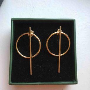 Säljer mina guldiga örhängen från Illums Bolighus som aldrig är använda (förutom på bilden då) 😄  Jag tar Swish och fraktar (köpare betalar frakt) 🌸🌸🌸