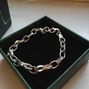 Säljer mitt fina berlock-armband i silver från Guldfynd, som aldrig är använt! (förutom på bilden) 😊    Jag tar Swish och fraktar (köpare betalar frakt) 🌸🌸🌸
